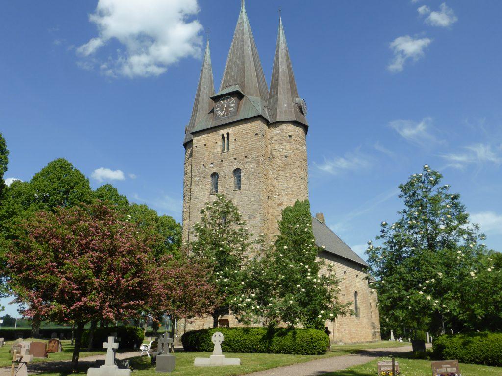 Resan avslutades vid Husaby trehövdade kyrka och besök vid källan där Olof Skötkonung döptes omkring år 1000. Här tog vi farväl av varandra, nöjda med två väldigt fina dagar.
