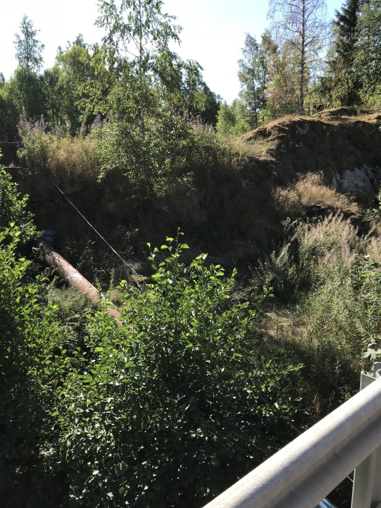 Söder om vägen ligger dammen där vattentuben utgår ifrån.