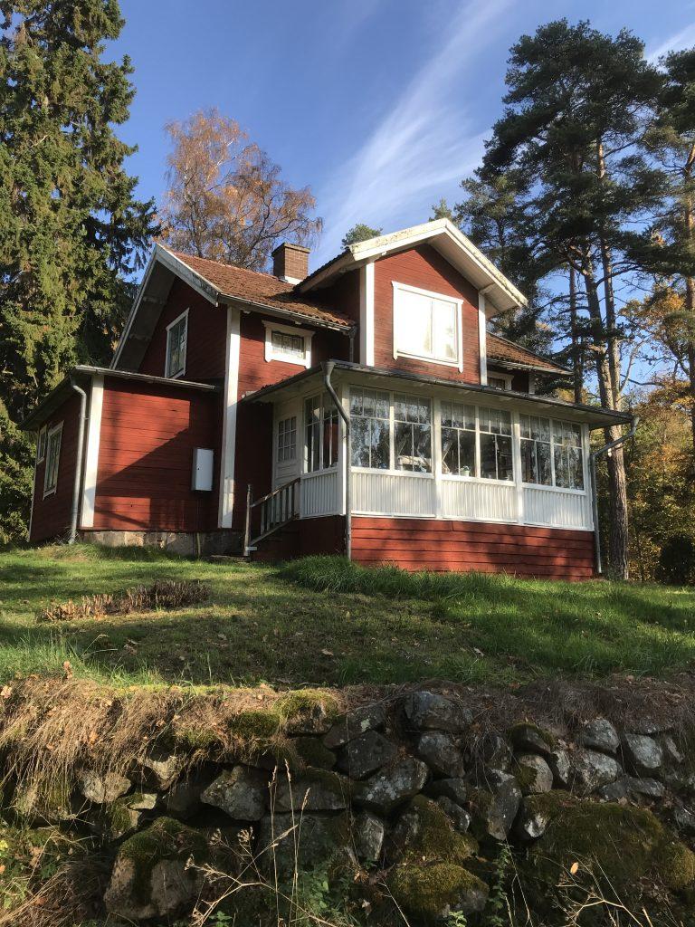 Här har vi stugan i Torstorp som Bauer hyrde innan han köpte Björkudden.