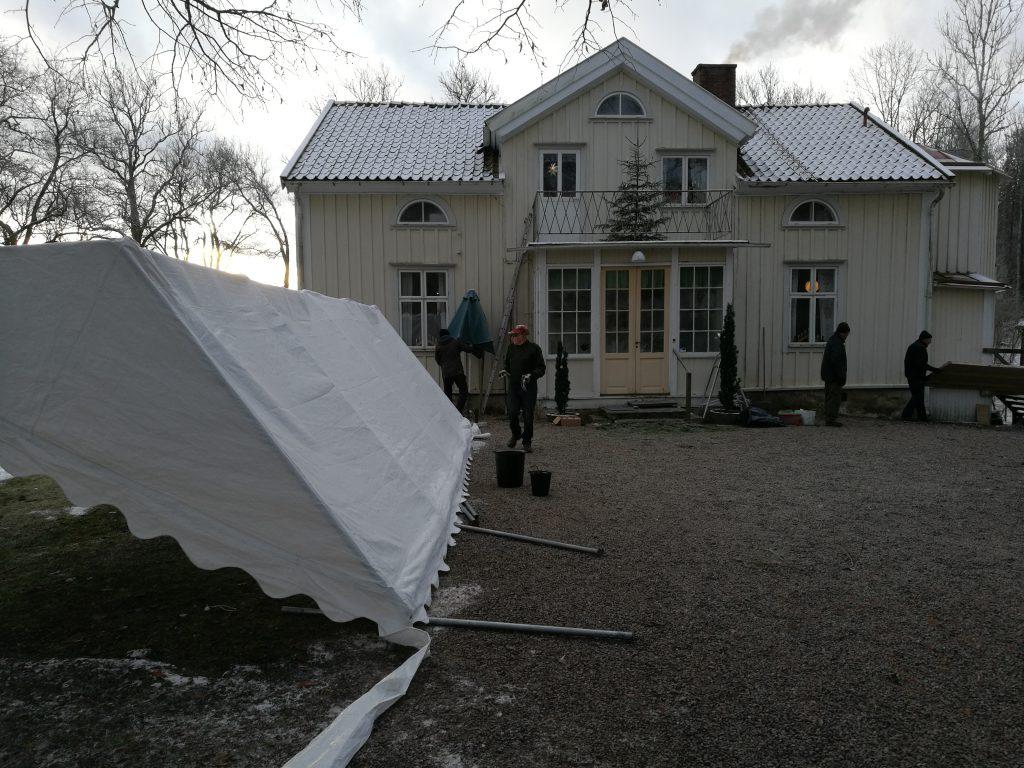 Belysning, tält och skyltar plockades ner.