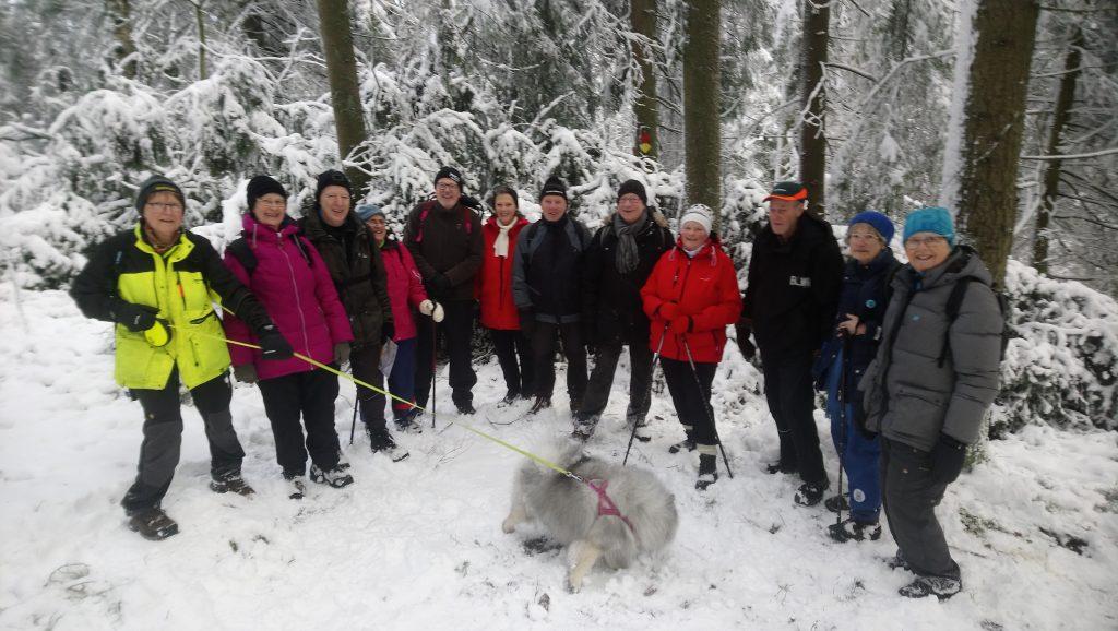 13 glada vandrare deltog i premiärturen.