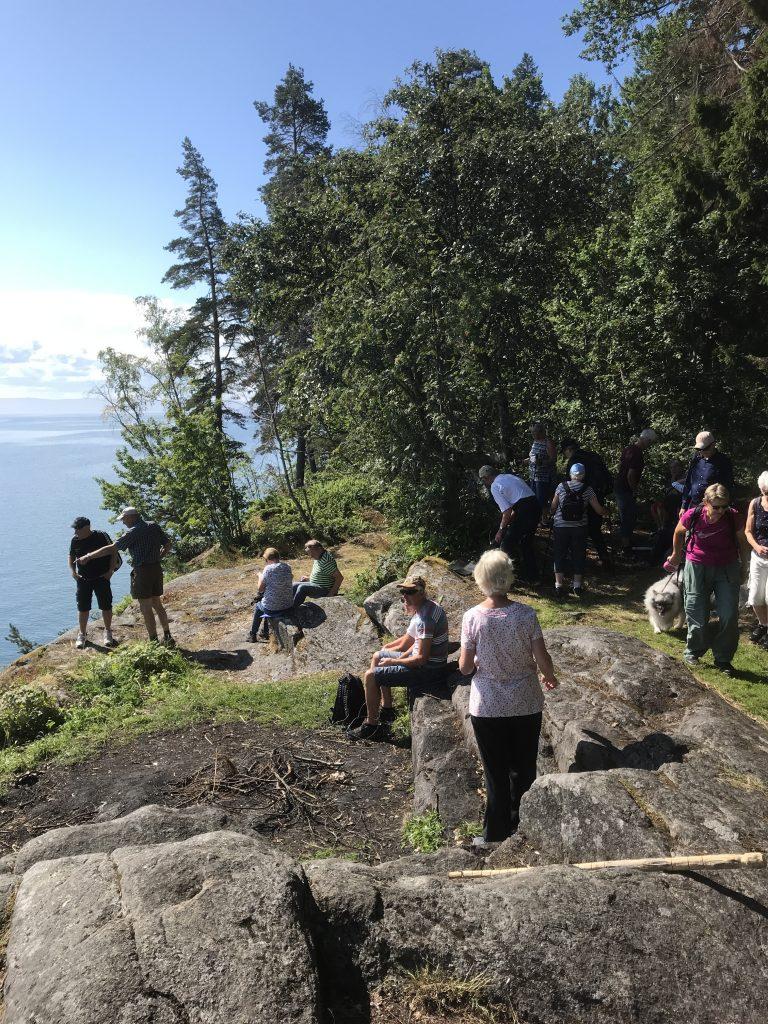 Vid Tjuvanabben kom man fram till vättekanten där alla sökte sig en fikaplats.