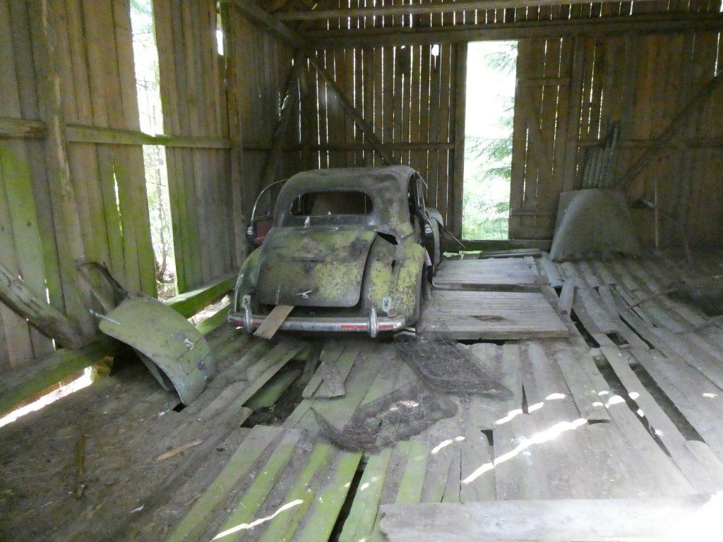 Vad dolde den gamla ladan. Jo, ett par gamla bilar.