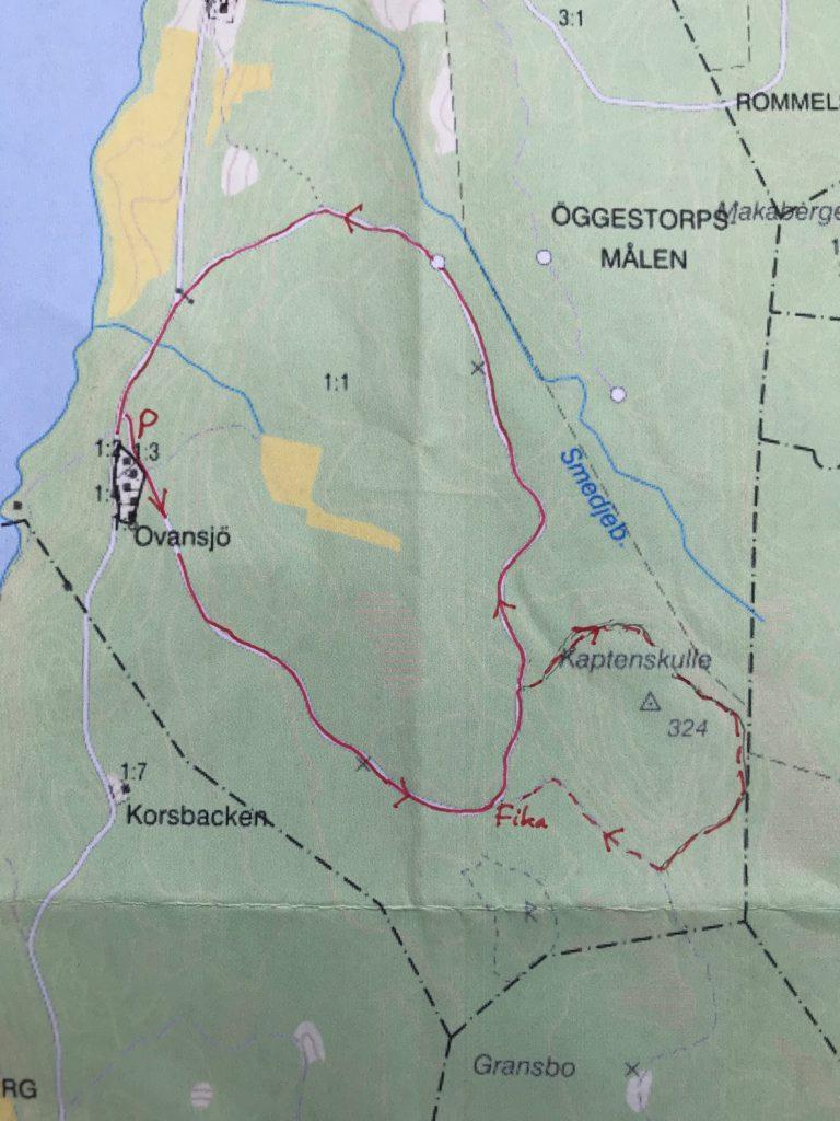 Start vid Ovansjö. Först skogsbilväg upp till fikaplatsen. Sedan en sväng runt Kaptens kulle.