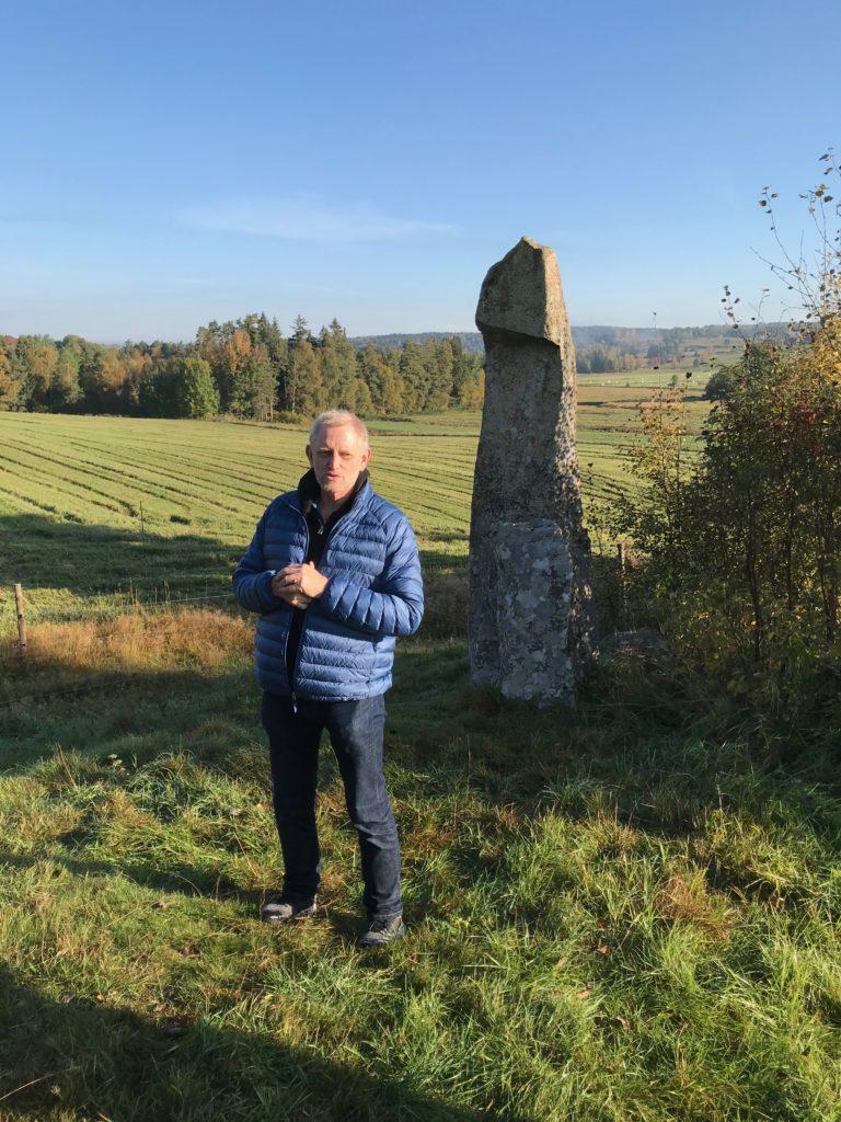 Vid Fallosstenen mötte Ulf Lundberg, som var en fantastisk guide.
