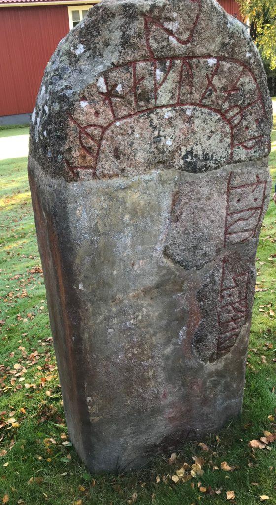 """Här står också Aneby kommuns enda runsten, som förtäljer att """"Håkan dog i främmande land""""."""