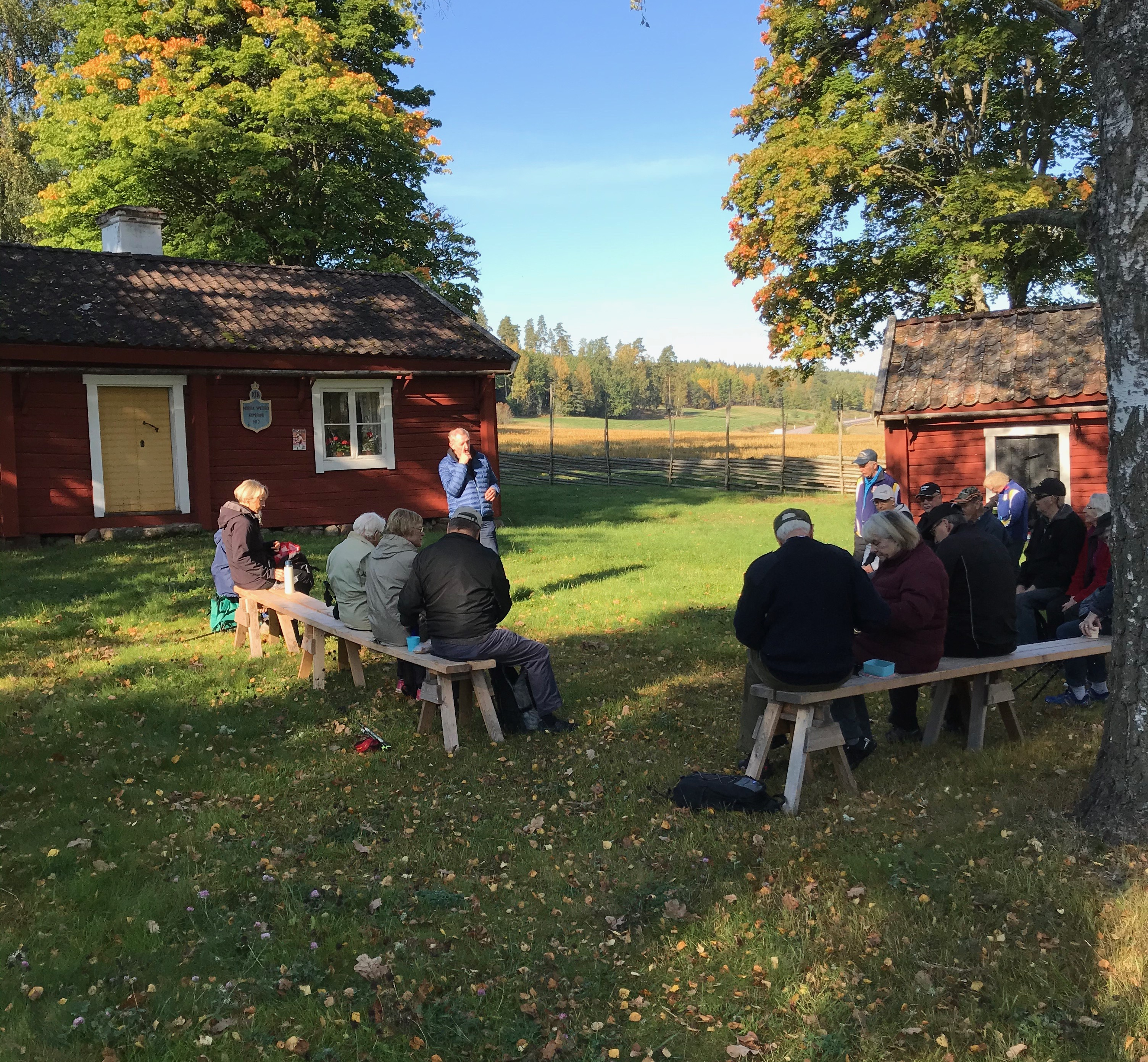 Nu var vi allt sugna på fika. Göran och Anna-Stina hade förberett med bänkar vid hembygdsföreningens husartorp. Där tackade vi också Ulf för hans medverkan.