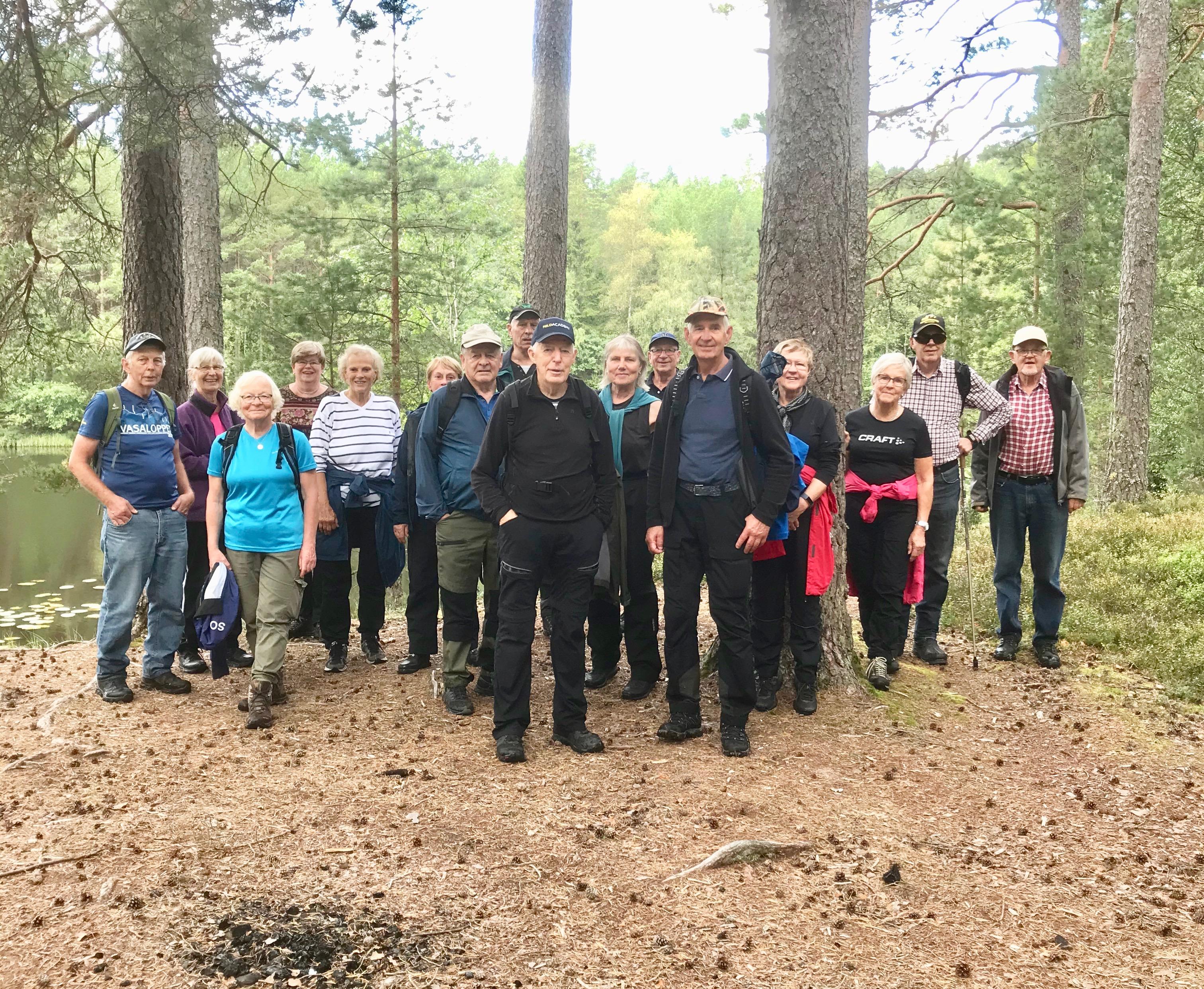 17 nöjda vandrare tillbaka till utgångspunkten för rundan runt dammarna.
