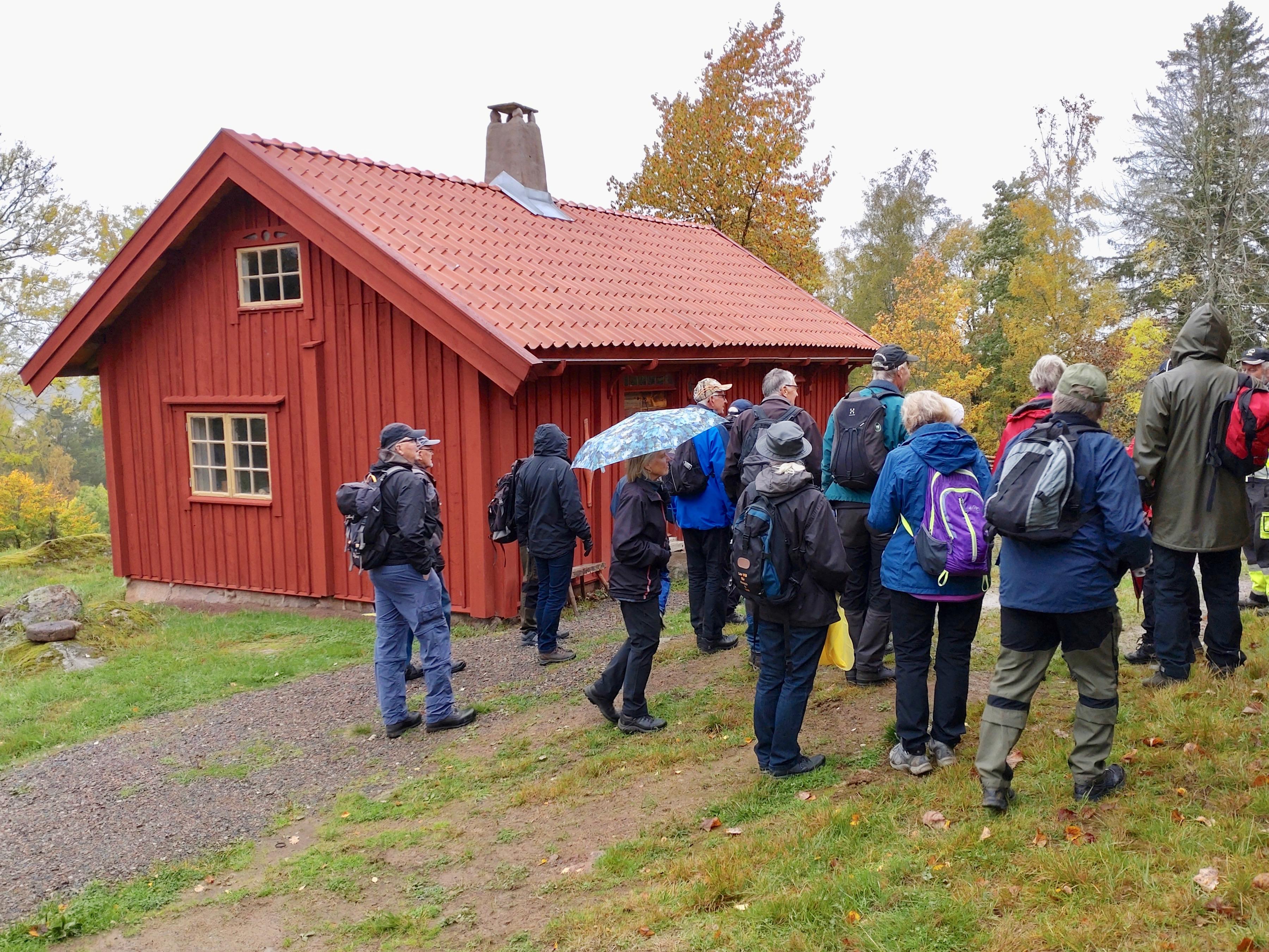 Vi startade vid den stuga som varit förebild för Åsa-Nisses Knohult och nu står vid L:a Björudden.