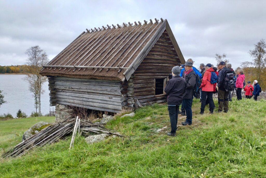 Efter en promenad då vi bl.a. passerats platsen, Åsen, där stugan en gång låg kom vi till länets äldsta hölada från 1600-talet.