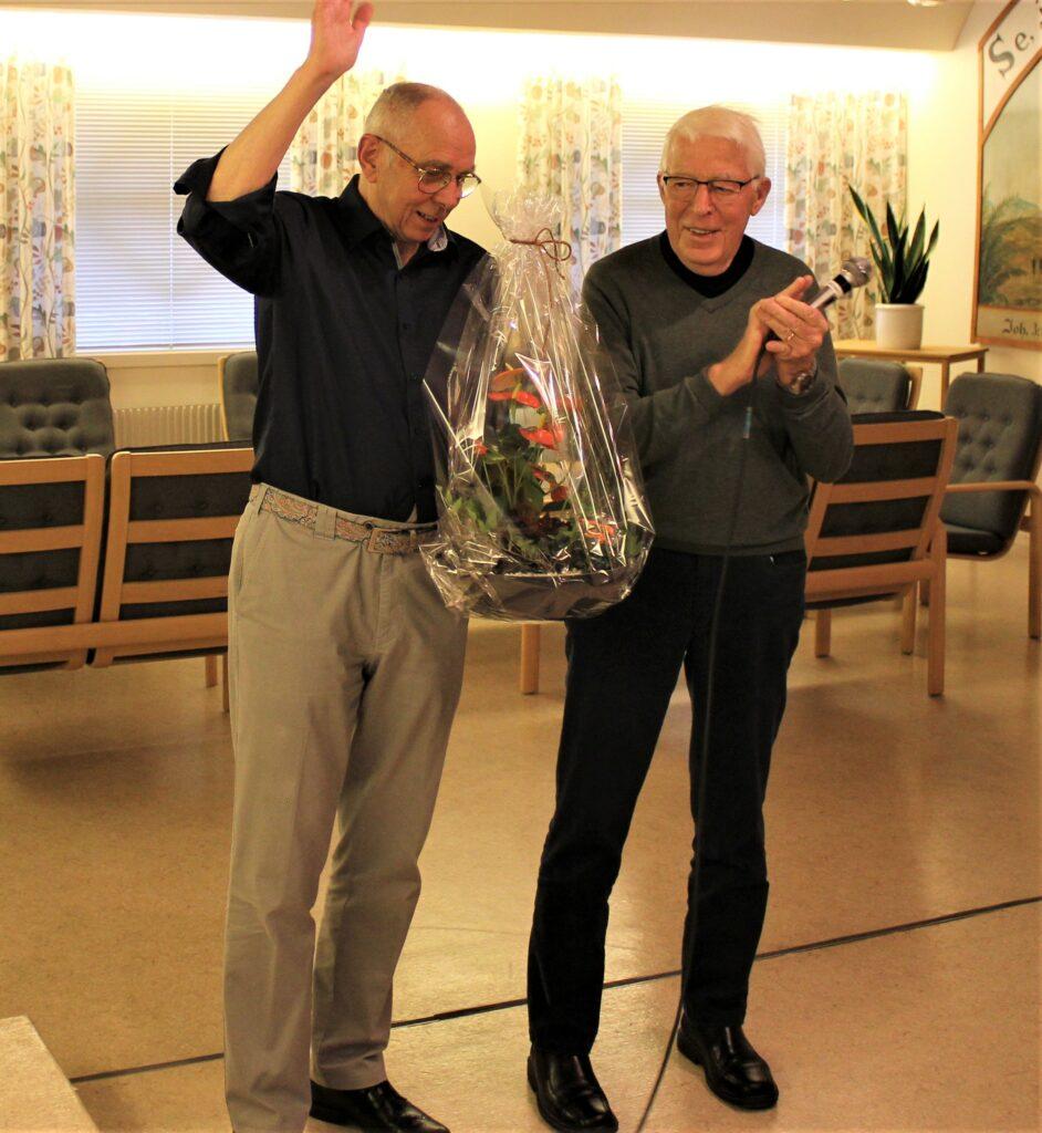 Eskil Folkelid gjorde sig till tolk för medlemmarna och överräckte en underbar blomsteruppsättning till ordförande Roland Gunnarsson. Även Anders Berthling, som representant för Ingaryds Natur, uttryckte sin uppskattning över vad Ingaryds Vänner gör på Ingaryd