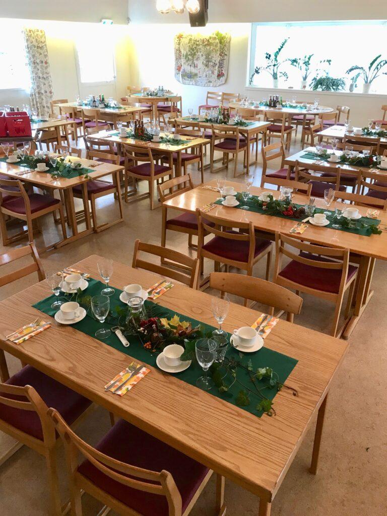 Tyvärr fick vi inte plats på Ingaryd så vi fick vara i Allianskyrkan. Där var det dukat till festmåltid.