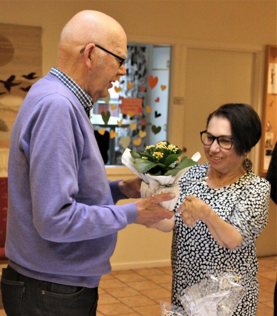 Så var det dags för dragning av lotterierna. Här är det Jan-Erik Antoniusson som tar emot en blomma av Martina.