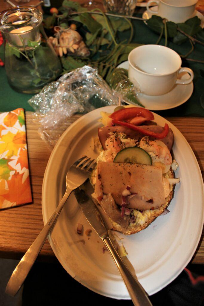 Festmåltiden bestod av en större smörgås med allehanda pålägg.